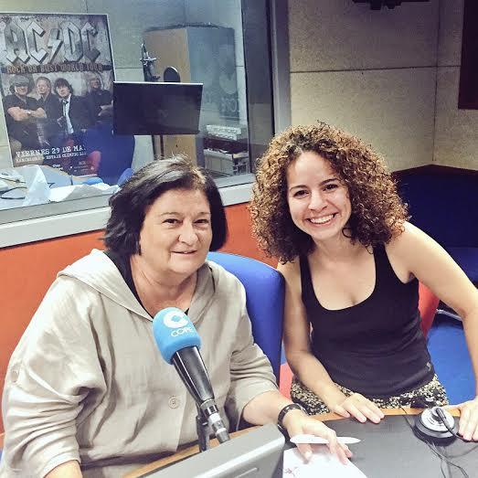 Carmen Ayala y Arlene Bayliss en la cabina de Radio Cope, Barcelona. |Fotografía: Rosa Hernández.